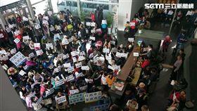 台中「為下一代站出來聯盟」抗議中市府升彩虹旗(圖/路易士提供)