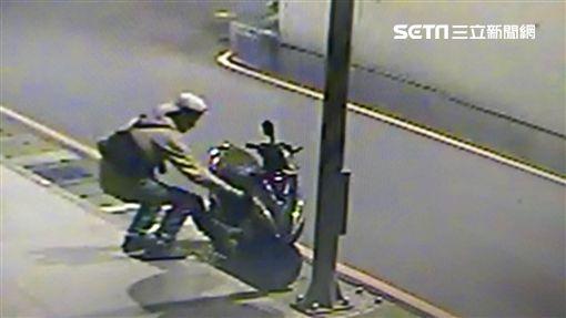 龔女到中和訪友時將牛肉炒飯置於機車腳踏板上遭翁男偷走(翻攝畫面)