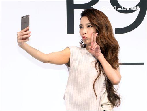 田馥甄代言手機玩自拍。(記者邱榮吉/攝影)