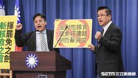 文傳會副主委鄭世維與李明賢8日在國民黨中央黨部舉行「揮罷免之劍、斬核食之官」記者會,表示將在明年1月對支持日本核災食品進口的民進黨立委發起罷免行動。 圖/記者林敬旻攝