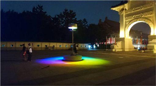 公共藝術,彩虹之蝕,日蝕,彩紅,台北地景公共藝術計畫,Eugenia Antoniou 圖/翻攝自臉書