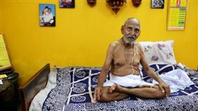 16:9 挑戰世界最長壽人瑞 印度男靠禁慾、瑜珈活120歲 圖/翻攝自hindustantimes http://www.hindustantimes.com/india-news/swami-sivananda-oldest-man-ever-says-no-sex-no-spice-daily-yoga-key-to-age/story-TfNv8QsC670tfP7lTIfSWP.html