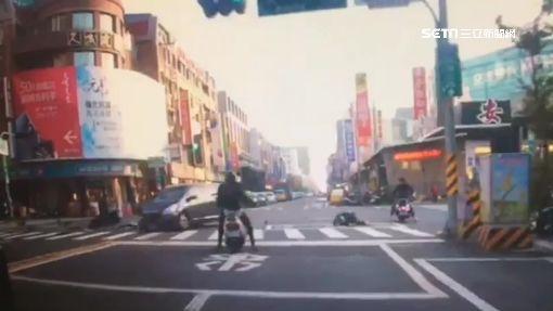 悚!轎車搶黃燈 騎士被撞空翻3圈傷
