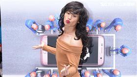 黃鐙輝出席手機品牌活動,一人分飾三角踢館客服