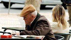 醫師表示,失智除了記憶力變差外,還同時有個性的改變、語言能力減退等。(圖/Flikr CC授權/原作者Pedro Ribeiro Simões/網址http://bit.ly/1OEUEQz)