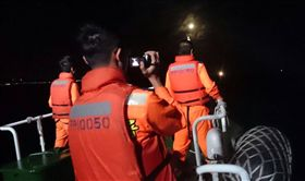 基隆籍「金瑞益88號」漁船,9日晚間在新北市石門外海沉沒,友船救起1名中國籍漁工,船上其餘7人下落不明,海巡出動10日漏夜搜救。(基隆海巡隊提供)中央社記者黃旭昇基隆市傳真  105年12月10日