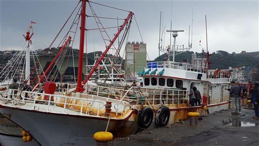 漁船「金瑞益88號」9日晚間在石門外海遭大浪襲擊翻覆,友船「凱聖6號」救起漁工林謀德,其餘7人失蹤。「凱」船船長陳恆祥說,救一個算一個,但可惜最後只找到1人。(圖/中央社)