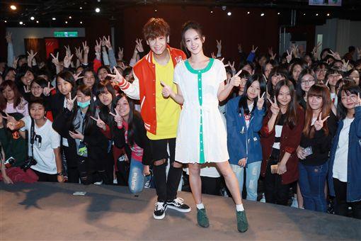 歌手鼓鼓(前左)11日舉辦新歌「為愛而愛」 MV首播兼粉絲見面會,邀請200名歌迷一同欣賞MV作品,MV中的女主角孟耿如(前右)也到場同樂、分享拍攝MV的趣事。(相信音樂提供)