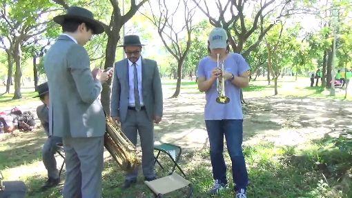 """伍佰出""""輯""""MV執導 跨年high唱北桃"""
