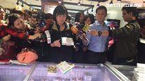 食藥署今(12)日啟動「日本食品標示查核專案」至新光三越超市等處查核,尚未查獲有新增違規者。(圖/楊晴雯攝)