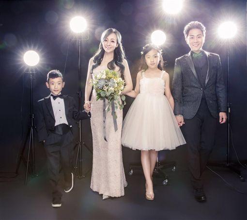 結婚10周年!幸福「芹仁」拍全家福 圖/星恆娛樂提供