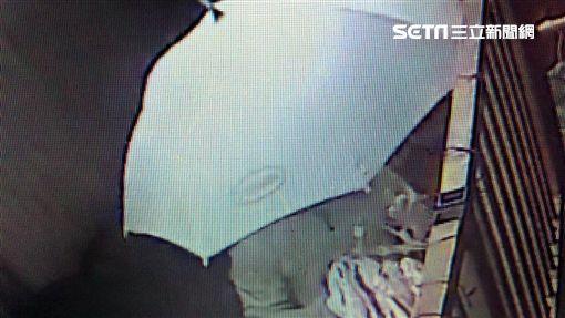 郭男持鋁桿勾取俞女家30件內衣褲後遭循線逮捕(翻攝畫面)