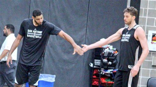 Tim Duncan與Pau Gasol一對一訓練(圖/取自馬刺官方推特)