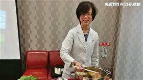 北醫附醫營養室主任蘇秀悅說明,購買火鍋高湯調理包要注意營養標示,以免攝取過多的鈉。(圖/楊晴雯攝)