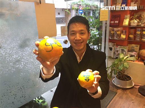 台北市議員何志偉提議捷運警察配戴電子槍、辣椒水 聯署書+柯文哲簽名支持 翻攝臉書