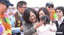 台中清泉崗空軍基地26日對外公開營區參觀,總統蔡英文蒞臨會場與民互動 圖/記者林敬旻攝