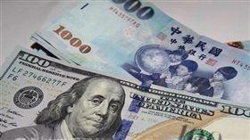新台幣爆量重貶1.2角 守住32元大關 中央社