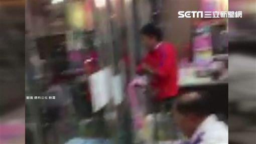 男子買茶葉蛋要求幫拿 店員拒絕遭飆罵