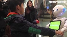 臺安醫院引進2台機器人Pepper,未來將分擔基本導覽服務、大廳迎賓、還能與民眾互動玩遊戲。(圖/楊晴雯攝)