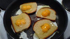 網傳「麻油煎蛋可以治感冒止咳嗽」食療法,遭到食藥署打臉。(圖/Flikr CC授權/原作者Henrik Ström,網址http://bit.ly/2hFpnpr)