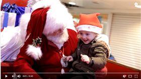 聖誕老公公與手語小女孩(圖/翻攝自Youtube Mashup Mark) https://www.youtube.com/watch?v=RPcTB86aT0Y