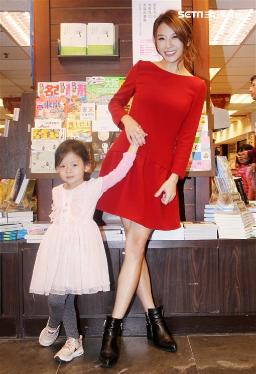 旅居巴黎俏媽艾莉絲帶著3歲女兒返台宣傳新書,並聊到女兒巴黎霸凌事件。(記者邱榮吉/攝影)