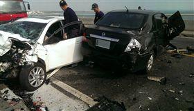 澎湖跨海大橋重大車禍 澎湖跨海大橋17日中午發生一起重大車禍,2部自小客 車疑似對撞後,造成2死4輕重傷的意外,肇事原因正由 警方調查中。 中央社 105年12月17日