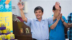 郭春樂研發鳩尾蜂巢積木 說到積木,最為一般民眾所熟知的就是樂高,但在台灣 有個從事玩具業近30年的老闆郭春樂(中),研發出多 國專利的鳩尾蜂巢積木。郭春樂說,「我就是要挑戰樂 高」。 (蘇巧慧國會辦公室提供) 中央社記者蘇龍麒傳真 105年12月17日