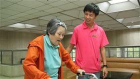 照顧長輩當志業 魏中龍樂在其中(1) 台南市悠然山莊安養中心照顧服務員魏中龍(右),年 僅30歲已擁有超過8年的工作資歷;從學生時代就到悠 然山莊工讀,把照顧長輩當成志業。 中央社記者楊思瑞攝  105年12月18日