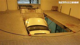 一車進入停車機械升降機時,突然斷裂 翻攝畫面