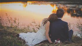 情侶,婚紗,結婚,約會,依偎,戀愛,愛情(圖/PEXELS)