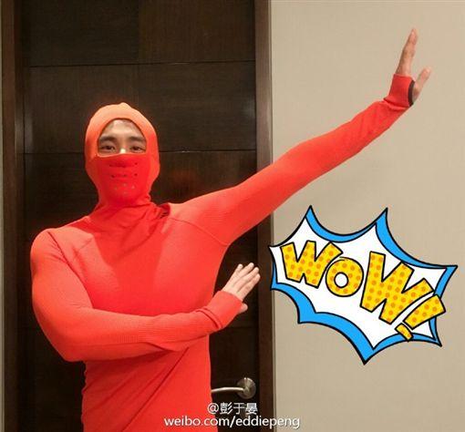 藝人彭于晏穿紅色緊身衣。(圖/翻攝自彭于晏微博)