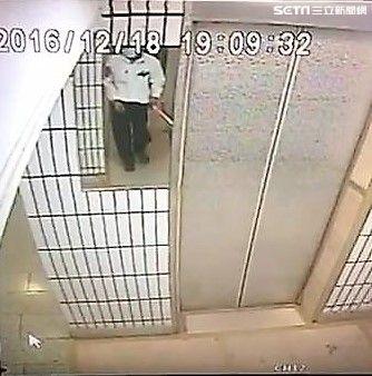 居住在「楓丹白露社區」江蕙胞弟遭歹徒持鐵撬敲破頭,所幸僅有輕微撕裂傷,警方正循線追緝兇手到案(翻攝畫面)