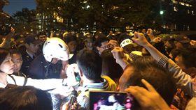 由太極門等團體組成的法稅改革聯盟正在凱道舉辦抗爭 活動。19日傍晚5時許,總統府內4個門都突然架上門栓 、上了門鎖,府方指出,是太極門陳抗民眾有一些激情 行為。圖為府外民眾聚集喊口號。 (讀者提供) 中央社記者葉素萍傳真 105年12月19日