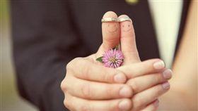 戒指、結婚、婚禮/http://www.facegfx.com/hd/romantic-wedding-ring-on-the-finger-pictures