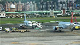 復興航空停航 租賃機將離台 復興航空運輸股份有限公司停航並宣布解散至今快1個 月,20日首有原本屬於興航的飛機離境,兩架原本興航 註冊為中華民國籍的A320飛機已變德國籍,其中1架上 午將飛離台灣。 中央社記者孫仲達攝 105年12月20日