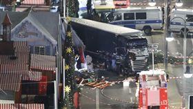 德國柏林耶誕市集疑似遭遇恐怖攻擊,大貨車闖入人群/圖/路透社/達志影像