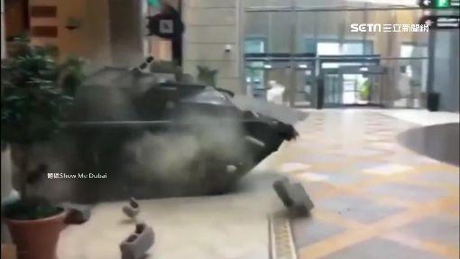 """""""玩7""""翻版! 坦克破牆衝進杜拜賣場!"""