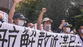 復興航空企業工會成員前往勞動部抗議政府對林明昇解散公司無作為。空服員,地勤, 圖/記者林敬旻攝