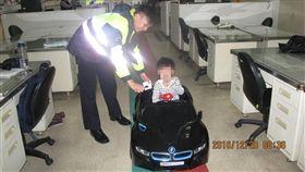 男童,小孩,霸氣,大7,BMW,富少,少爺,危險,兒童,父母,安全,警察,員警,狂,台南-翻攝畫面