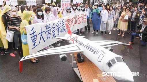 復興航空企業工會成員走上街頭,抗議董事長林明昇擺爛,要求總統蔡英文主持公道 圖/記者林敬旻攝