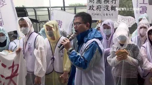 """""""砸雞蛋灑冥紙"""" 興航500人圍總統官邸"""