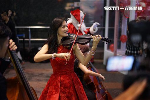 Janet化身蒙面樂手 魔幻聖誕裝置音樂盒奏暖台北東區