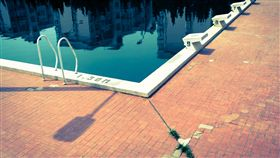 游泳池 https://www.flickr.com/photos/toehk/6895884556