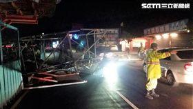 淡海輕軌興建工程再傳倒塌意外,1輛聯結車擦撞圍籬後導致帽樑鷹架倒塌,所幸並無人員傷亡(翻攝畫面)