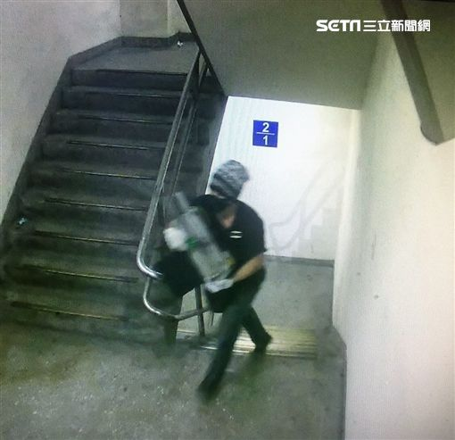 慣竊黃文星僅用1根鐵撬偷遍台北市的悠遊卡加值機遭警方循線查獲(翻攝畫面)