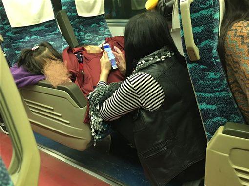 媽媽,母親,偉大,寶,母愛,疼,孝順,母子,台鐵,火車,座位-翻攝自爆料公社