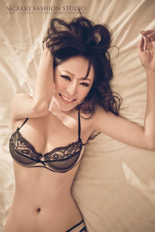 網路,女模,TiffanyChen,T妹,E奶,鄧家華,寫真書,屁股,激凸 圖/翻攝自TiffanyChen臉書