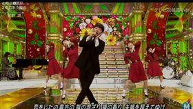 星野源《Music Station》大跳《戀》舞。(圖/翻攝自哈日劇臉書)-https://www.facebook.com/hotjpdrama/videos/1219375961451704/