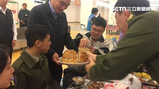 因應聖誕節 國軍聯合餐廳推聖誕塔 國防部長馮世寬發巨無霸漢堡盧冠妃攝